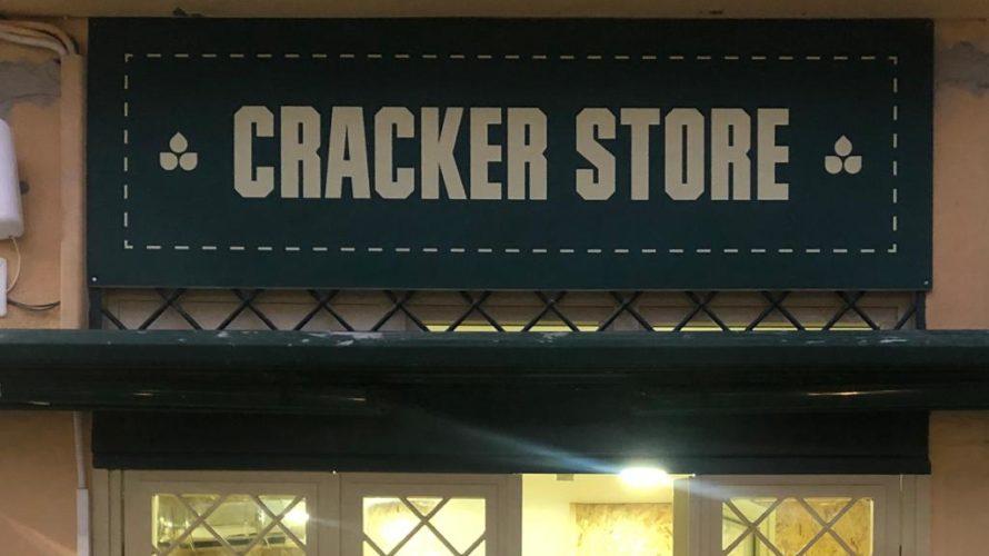 """""""La bontà fa crunch"""": il suono della croccantezza si sente solo a Napoli Il locale inaugurerà al pubblico domenica 16 febbraio 2020 ore 19:00.  Cracker Store, il primo take […]"""