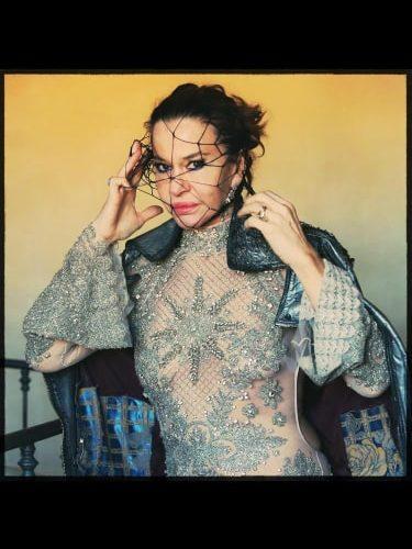 Eva Robin ' s da quarant'anni rappresenta la controcultura e la parità dei diritti artistici e non solo. Dietro la sua eterna avvenenza l'attrice, indomita e vulcanica, vuol sedurre ancora […]