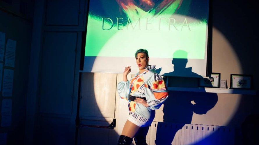 Intervista a Demetra, vincitrice di uno dei concorsi per artisti drag queen più famosi e professionali d'Italia che ci racconta il suo anno da Miss! Come è stato il tuo […]