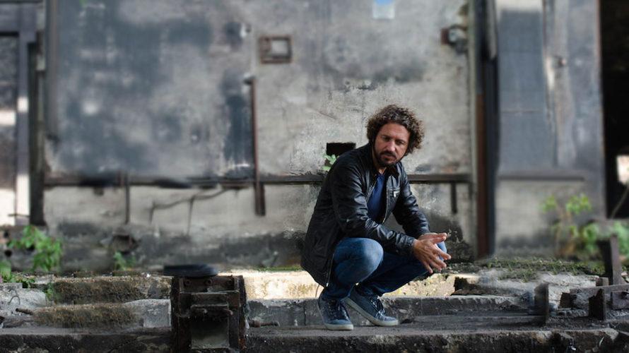 """Alex Castelli è un cantautore bergamasco che ha esordito agli inizi del 2020 con il suo primo album da solista dopo alcuni singoli che sono stati inclusi in """"Caduti liberi"""", […]"""