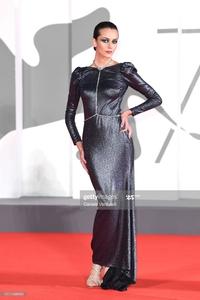 Valentina Corvino la modella più giovane al mondo sfila sul Red Carpet della Biennale di Venezia