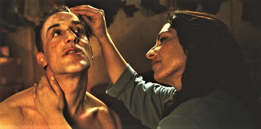 Stasera in tv su Rai Storia alle 21,10 Reality, un film del 2012 diretto da Matteo Garrone. Il film è ispirato alla vera storia dell'allora cognato di Garrone (il fratello […]