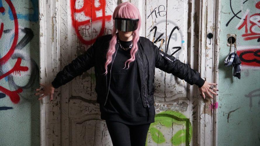 """Shadouone è la rapper dal volto nascosto che ci racconta la propria vita attraverso i suoi brani. Venerdì 13 novembre uscirà il suo nuovo singolo, """"Pecora Nera"""", e noi abbiamo […]"""
