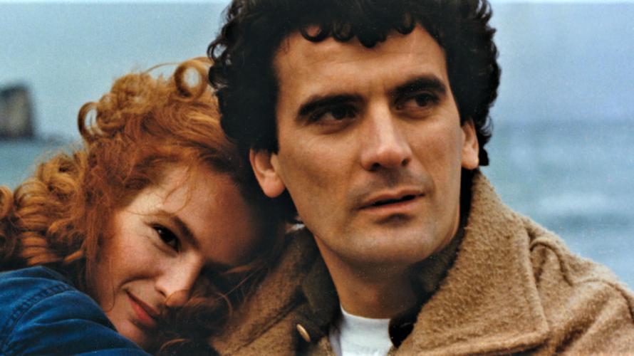 Oggi Cine34 dedica la prima e la seconda serata al grande Massimo Troisi. Si comincia alle 21 con Scusate il ritardo (1982) e si prosegue alle 23,15 con Le vie […]