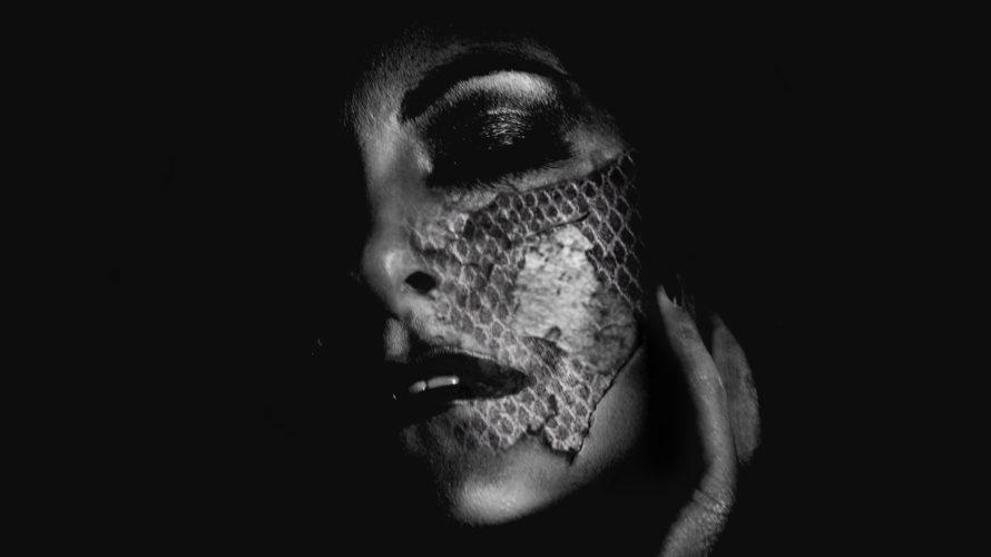 """Da oggi è disponibile su tutte le piattaforme digitali il nuovo singolo di Krait, cantante e componente del gruppo alternative metal Deceit Machine, intitolato Shed The Skin. """"Shed the Skin […]"""