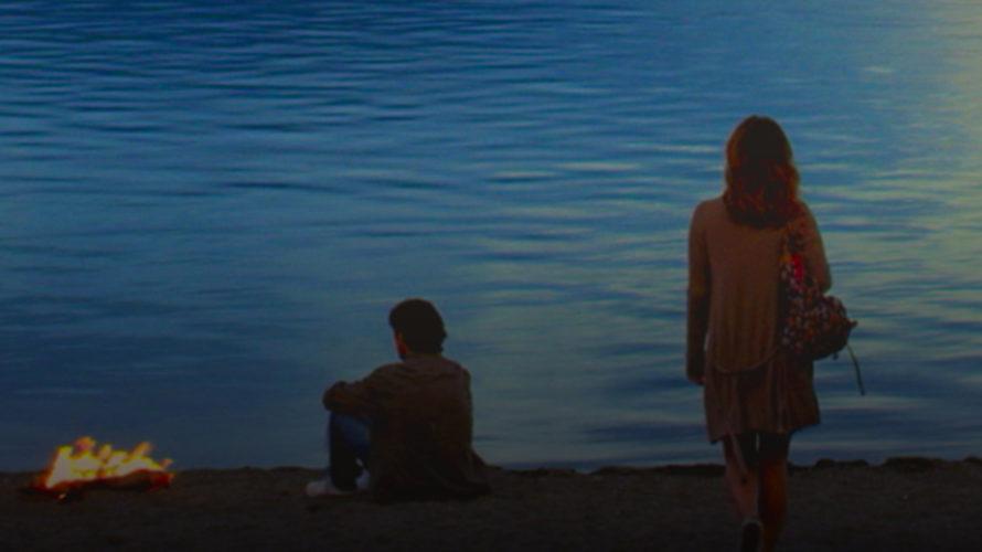 Disponibile su Prime Video, Dillo al mare segna il ritorno dietro la macchina da presa per Riccardo Sesani, autore, tra l'altro, diBuona come il panecon Carmen Russo e del giovanilistico […]