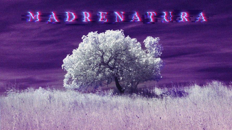 """Il 9 dicembre è uscito il video di """"Madrenatura"""" de L'Iperuranio. Singolo particolare e artista altrettanto eccentrico. Se vuoi conoscerlo un po' meglio continua a leggere! Intervista a L'Iperuranio Benvenuto […]"""