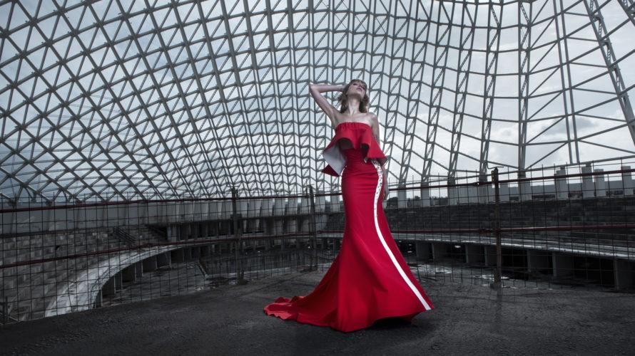 Una sintesi tra l'originario modo di intendere la moda e le successive incursioni nel mondo dello street style, una couture contemporanea, che utilizza le più classiche tecniche di sartoria e […]