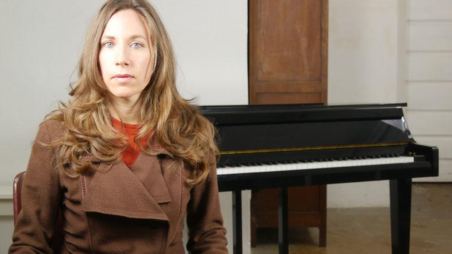 """Il 23 aprile è uscito """"Comincio di fretta"""", il nuovo brano di Anna Luppi. L'artista popolare in Spagna è tornata a scrivere in italiano e le siamo grati per questo […]"""