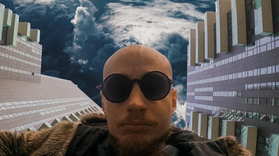 """Occhi è un personaggio paradossale, un progetto dal vestito musicale urban nato a Milano. E' uscito oggi """"Piove"""", il suo nuovo singolo. Ecco la nostra intervista con lui. Intervista Occhi […]"""