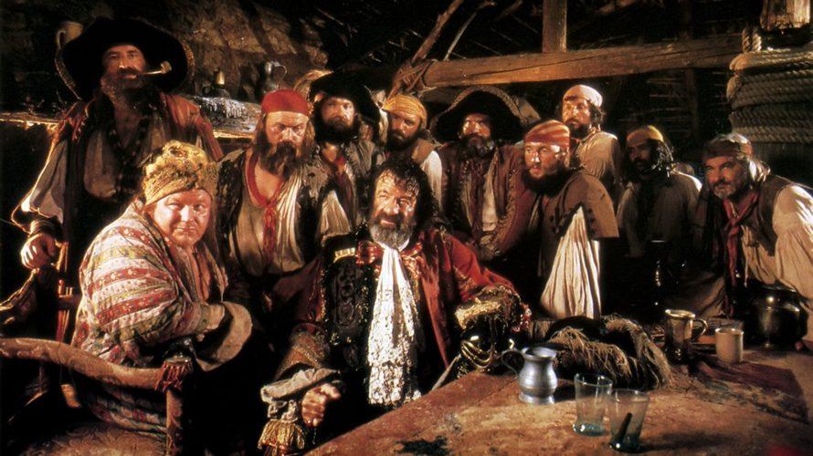Nell'epoca in cui il solo sentir parlare di pirati fa venire subito in mente i fasti disneyani della saga cominciata con La maledizione della Prima Luna, in cui un istrionico […]