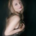 """Primo progetto per la modella e performer Anna Utopia Giordano, primo lavoro di spoken word dal titolo """"Fogli d'ombra"""" in cui liriche lisergiche e visionarie si adagiano su urbane sensazioni […]"""