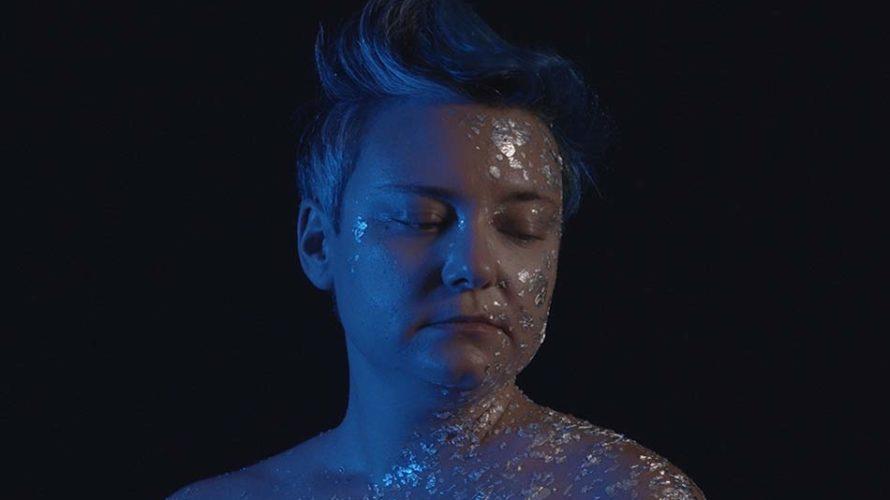 """La bellezza passa anche tra le righe di quel che le luci coprono. E dunque ci colpisce tantissimo questo nuovo video di VEA, singolo dal titolo """"Esplosa"""" che campeggia dentro […]"""