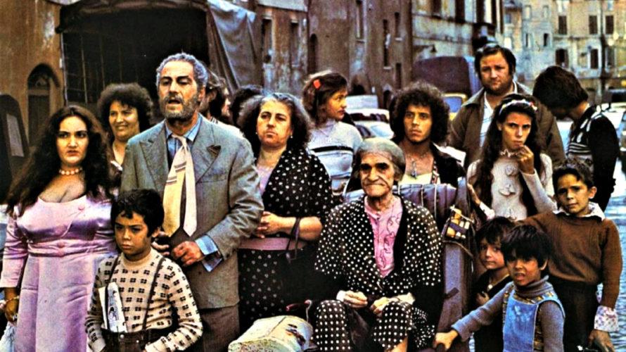 Dopo aver chiuso il capitolo romanzato dell'indimenticabile C'eravamo tanto amati, nel 1976 il grande Ettore Scola, mosso da un impeto neorealista e da un'ispirazione profondamente tragicomica, decide di realizzare una […]