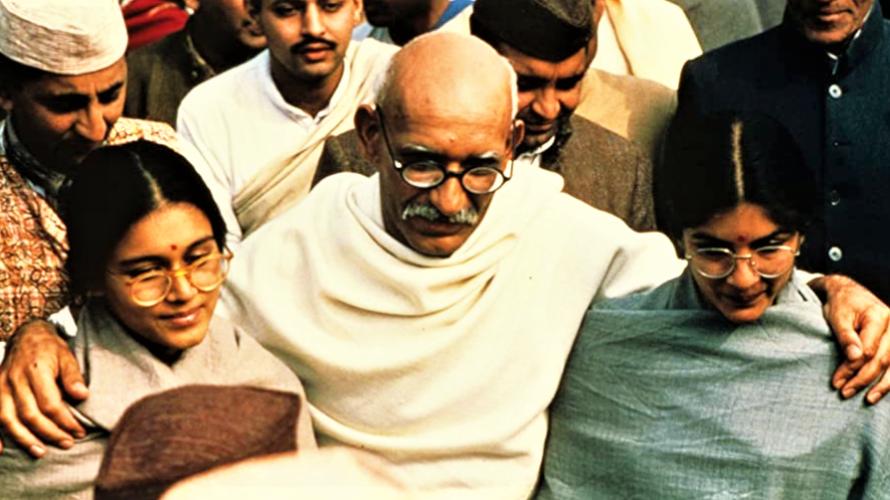 Stasera in tv su La7 alle 21,15 Gandhi, un film del 1982 diretto da Richard Attenborough, sulla vita del Mahatma Gandhi, interpretato da Ben Kingsley. Il film dominò agli Oscar […]
