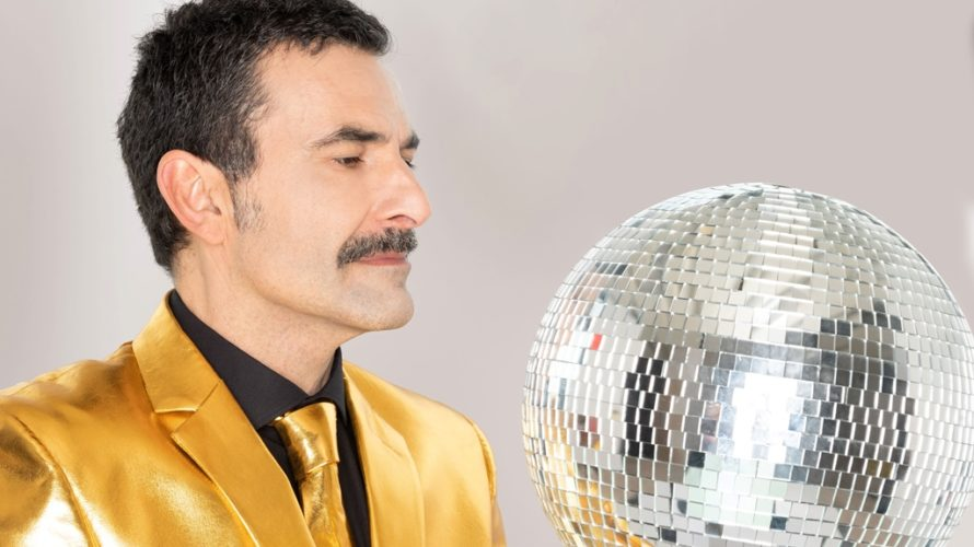 """""""Canzonissima"""" è un divertito omaggio alla memoria, a quell'immaginario pop in cui siamo stati immersi per anni e che, ancora, torna a ondate col solo intento di farci ballare, di […]"""