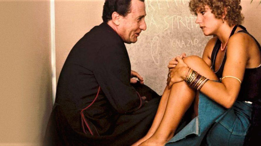Stasera in tv su Cine 34 alle 21 Quelle strane occasioni, un film a episodi italiano del 1976 diretto dai registi Luigi Comencini, Nanni Loy e Luigi Magni. Scritto e […]