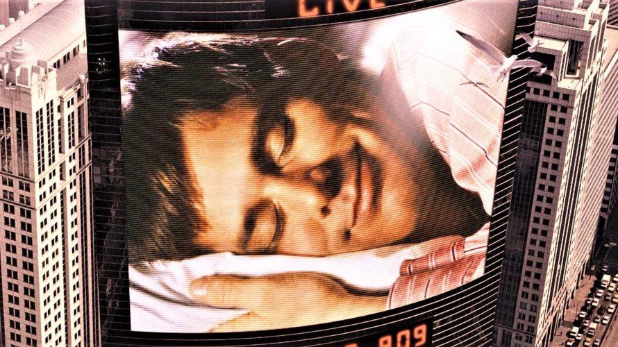 Stasera in tv su Paramount Network alle 22,55 The Truman Show, un film del 1998 diretto da Peter Weir e interpretato da Jim Carrey, fino ad allora conosciuto principalmente per […]
