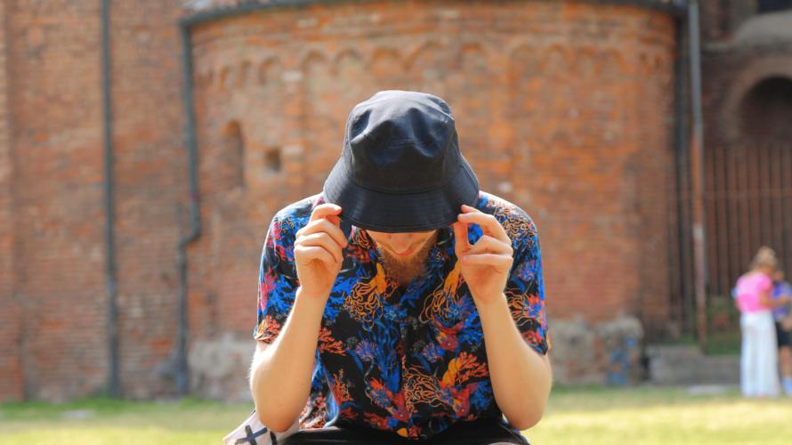 """E' uscito il 15 luglio """"Trittico 2+1.0"""", il nuovo EP di Occhi, il personaggio misterioso e capace di raccontare il mondo tramite l'ironia. Il suo percorso musicale è ben studiato […]"""
