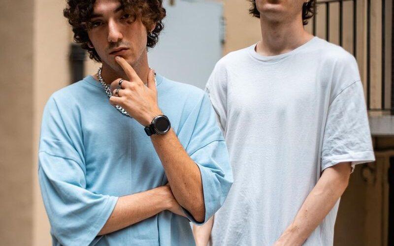 """Dopo l'esordio con """"Offline"""", Zest torna nei digital store con """"R&B"""", il suo nuovo singolo in feat. con Liner. Il brano, scritto da Zest, Liner e Roberto Mennuti, è sorretto […]"""