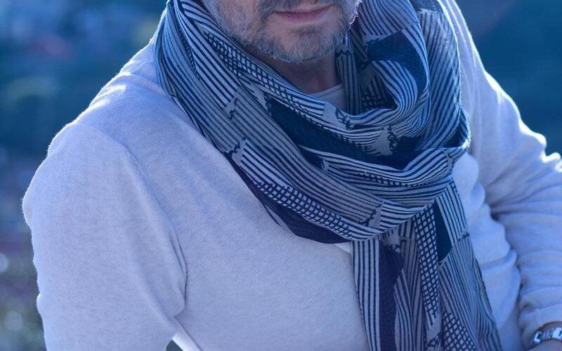 """Intenso, autentico e suggestivo, il brillante cantautore ligure Claudio Cirimele torna, dopo il successo delle sue precedenti release – tra cui la raffinata rivisitazione dell'intramontabile successo di Alan Sorrenti, """"Figli […]"""