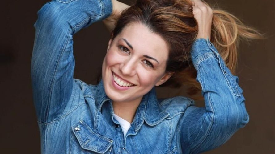 Amici di Mondospettacolo, oggi parleremo di una bravissima e bellissima artista romana (attrice, doppiatrice e presentatrice) il suo nome è Martina Menichini. Martina Menichini, benvenuta su Mondospettacolo, raccontati un po' […]